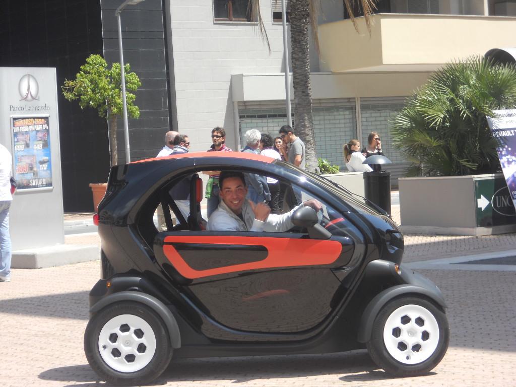 Gli operatori del Call Center Fiumicino e l'evento Twizy Renault
